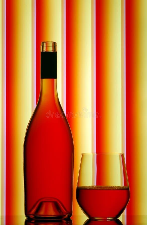 Botella De Vino Rojo Y Vidrio Sin Pie Imágenes de archivo libres de regalías
