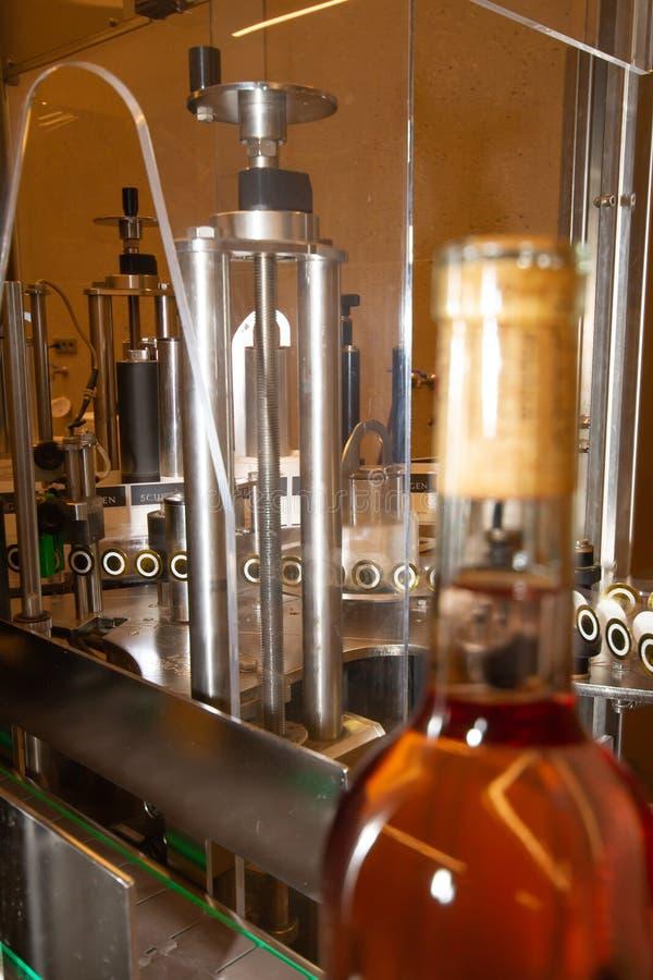 Botella de vino rosa claro ya en botella delante de una estación de servicio imágenes de archivo libres de regalías