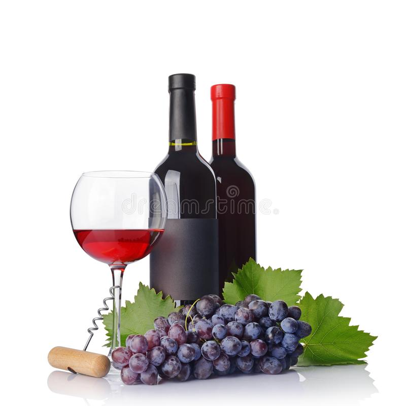 Botella de vino tinto con la etiqueta negra vacía y vidrio para probar con la uva y el sacacorchos frescos imagen de archivo libre de regalías