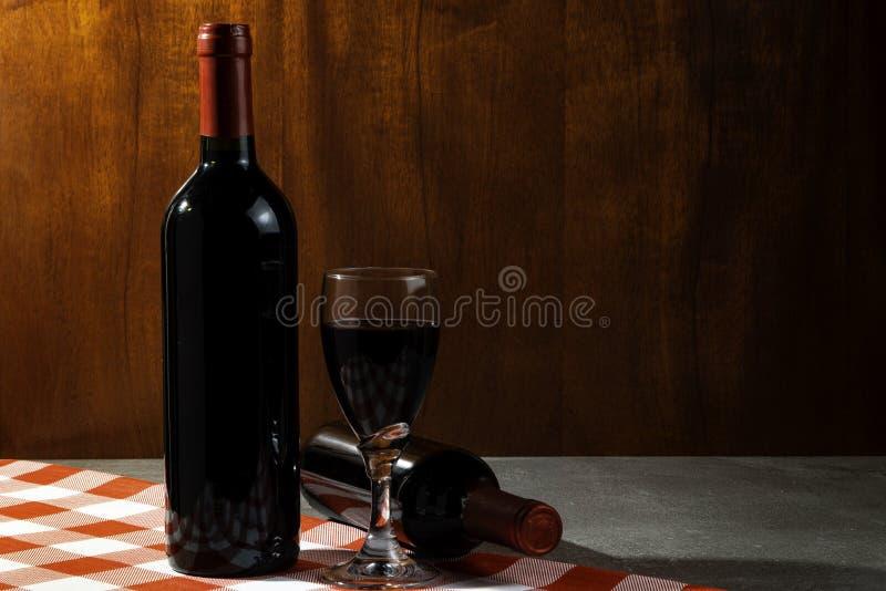 Botella de vino tinto en la bodega para probar Fondo de madera rojo Tradición del vino y concepto de la cultura foto de archivo libre de regalías