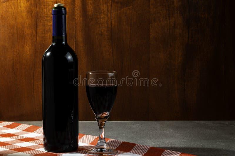 Botella de vino tinto en la bodega para probar Fondo de madera rojo Tradición del vino y concepto de la cultura imagenes de archivo
