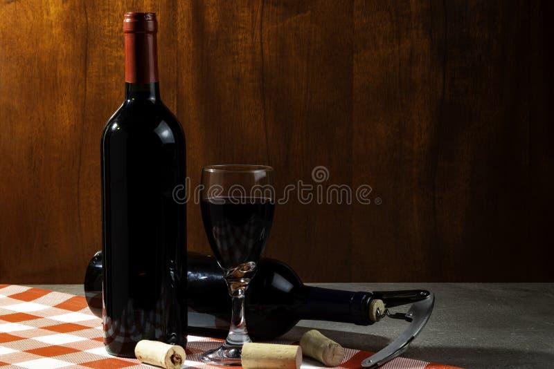 Botella de vino tinto en la bodega para probar Fondo de madera rojo Tradición del vino y concepto de la cultura fotos de archivo