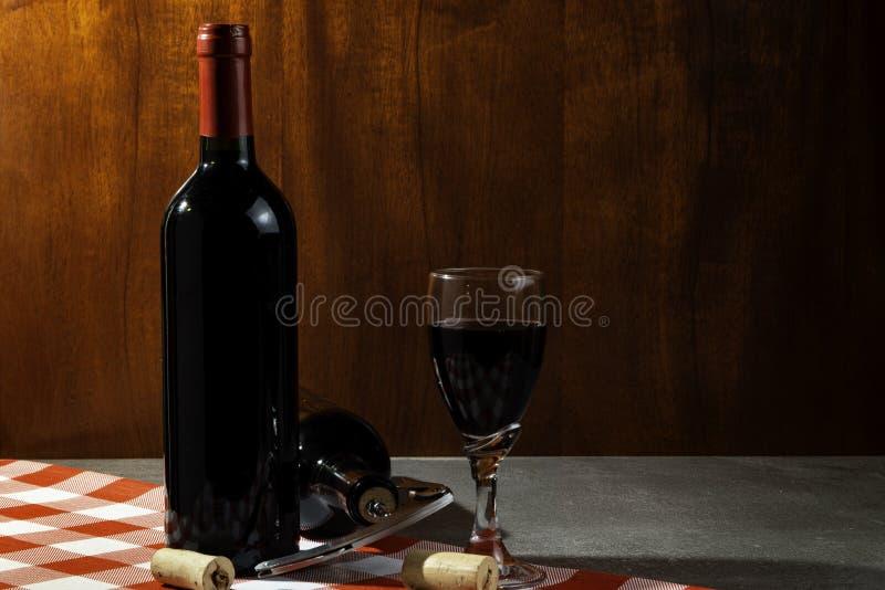 Botella de vino tinto en la bodega para probar Fondo de madera rojo Tradición del vino y concepto de la cultura fotografía de archivo