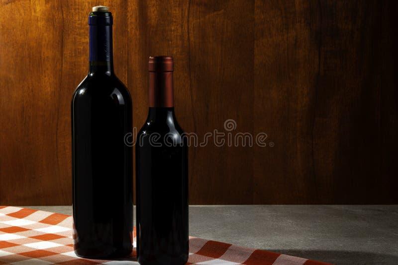 Botella de vino tinto en la bodega para probar Fondo de madera rojo Tradición del vino y concepto de la cultura foto de archivo