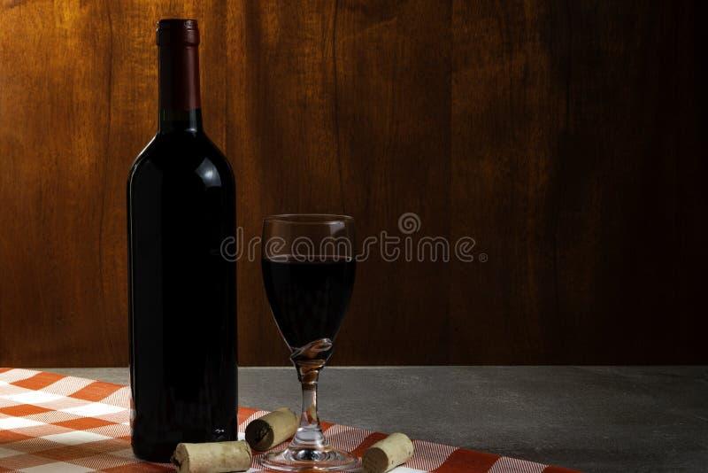 Botella de vino tinto en la bodega para probar Fondo de madera rojo Tradición del vino y concepto de la cultura imágenes de archivo libres de regalías
