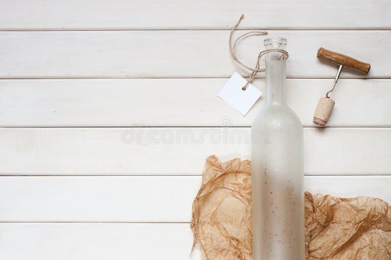 Botella de vino vacía con la etiqueta vacía foto de archivo libre de regalías
