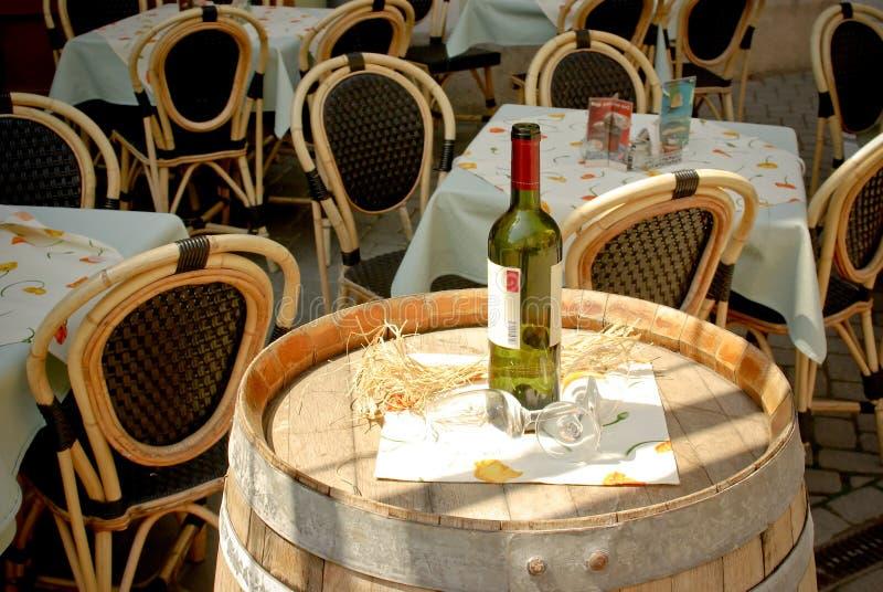 Botella de vino y copas en barril en la calle Ca fotos de archivo