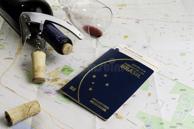 Botella de vino y de corchos en el mapa para el planeamiento de la ruta Boleto brasile?o del pasaporte y del viaje fotografía de archivo libre de regalías