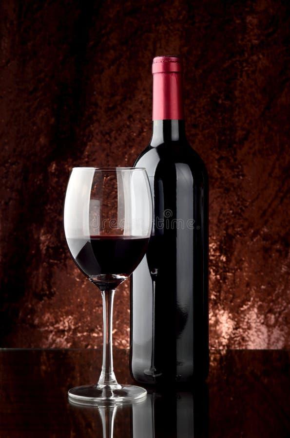 Botella de vino y de copa fotografía de archivo libre de regalías