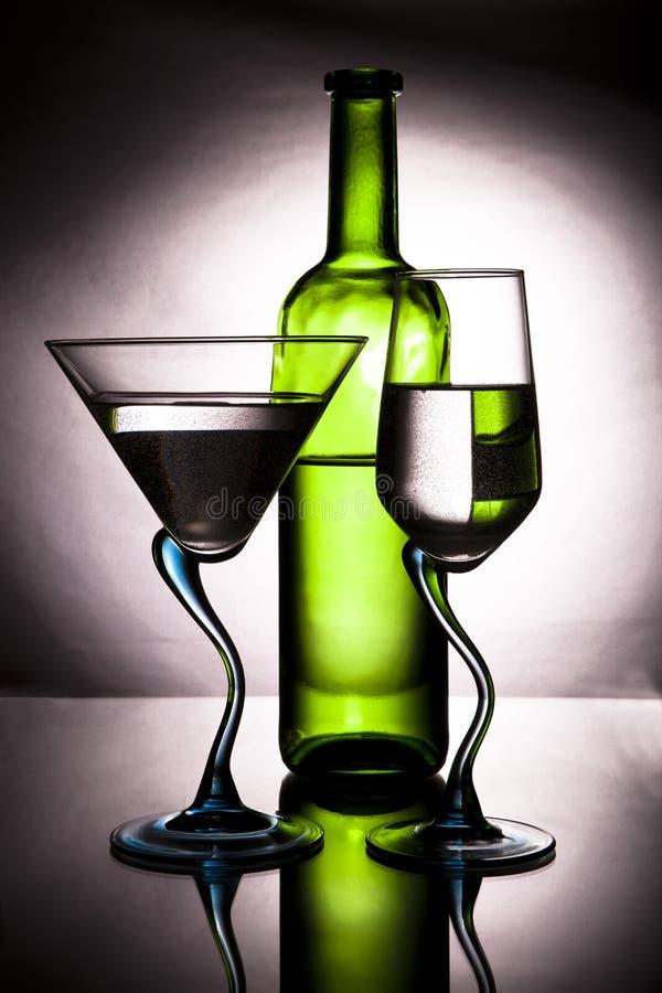Botella de vino y de dos vidrios fotografía de archivo