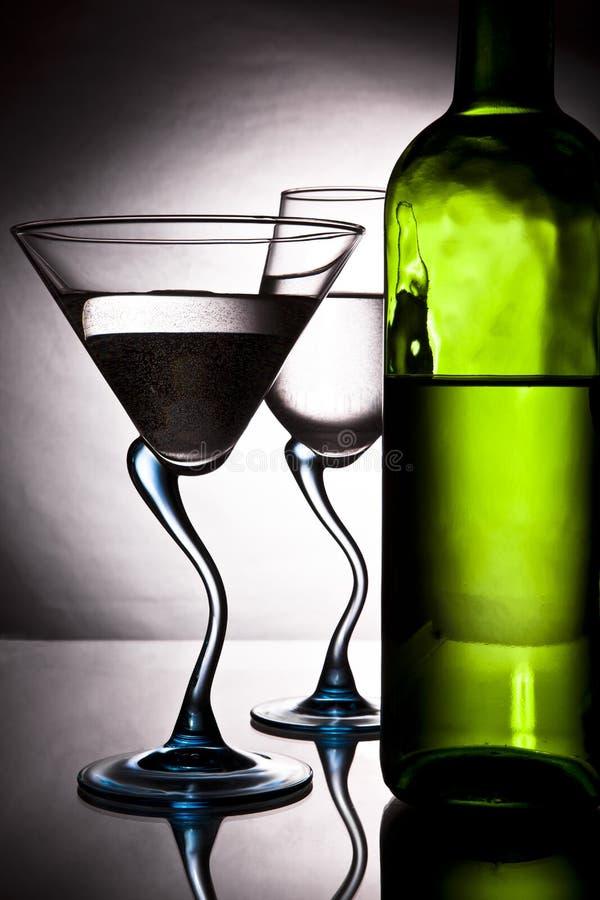 Botella de vino y de dos vidrios foto de archivo libre de regalías