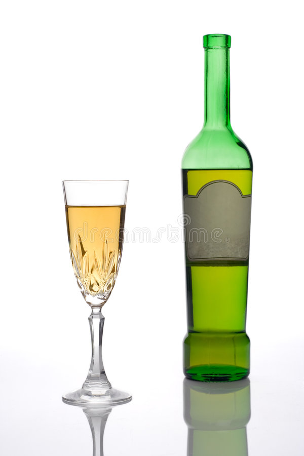 Botella de vino y de un de cristal (camino de recortes incluido) foto de archivo libre de regalías