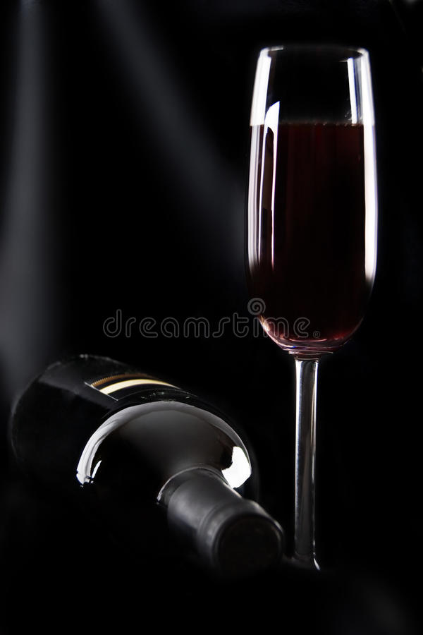 Botella de vino y de vidrio fotos de archivo libres de regalías