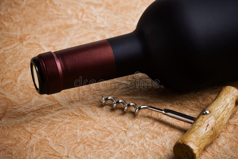 Botella de vino y sacacorchos fotos de archivo libres de regalías
