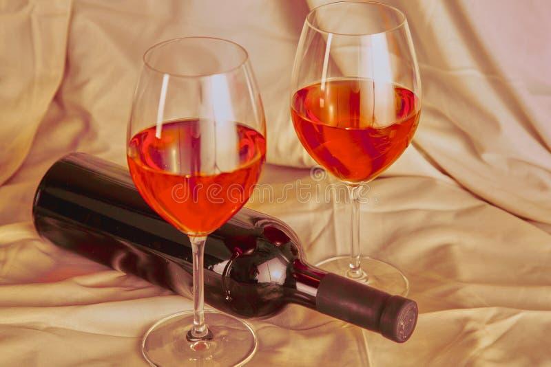 Botella de vino y de vidrio en la tabla fotografía de archivo