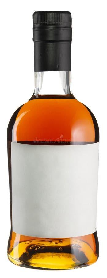 Botella de whisky con la etiqueta en blanco aislada en blanco fotos de archivo