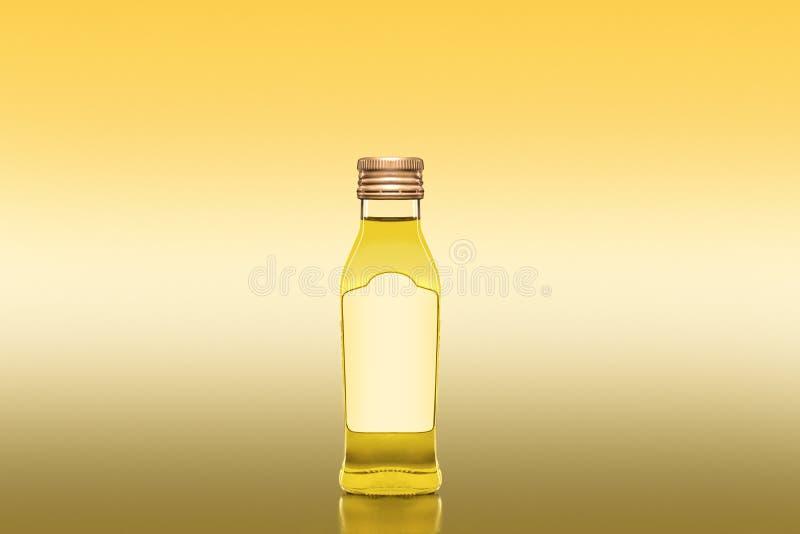 Botella del aceite de cocina sin etiqueta en el fondo amarillo - imagen de producto comercial fotos de archivo