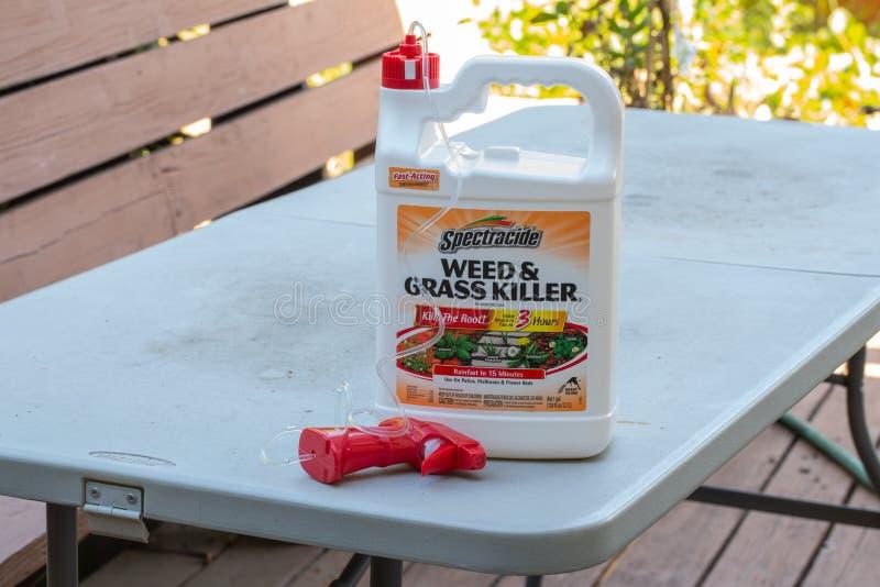 Botella del asesino de la mala hierba y de la hierba fotos de archivo libres de regalías