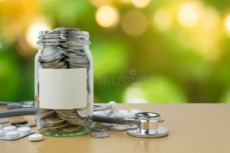 Botella del dinero con las monedas en fondo del bokeh imagen de archivo libre de regalías