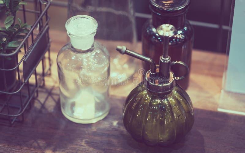 Botella del espray de la bomba del vidrio verde imagen de archivo libre de regalías