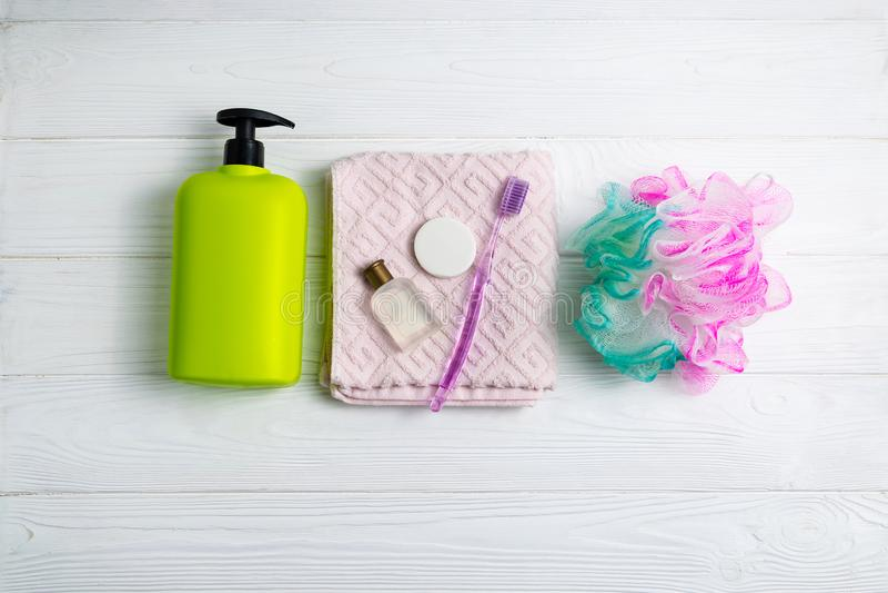 Botella del verde del gel del champú o de la ducha con los accesorios del toallita y del baño de la toalla foto de archivo