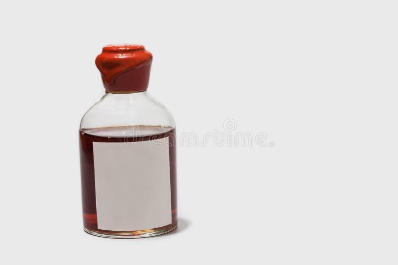 Botella del vintage con el corcho rojo de la cera, los licores marrones y la etiqueta en blanco Plantilla retra de la etiqueta en fotos de archivo libres de regalías