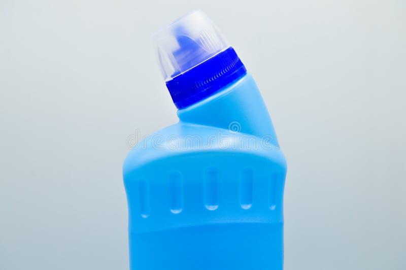 Botella detergente pl?stica coloreada azul Cosm?tico, envase Botellas, sucias imagen de archivo