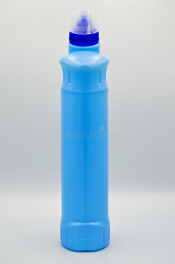 Botella detergente pl?stica coloreada azul Cosm?tico, envase Botellas, sucias fotografía de archivo