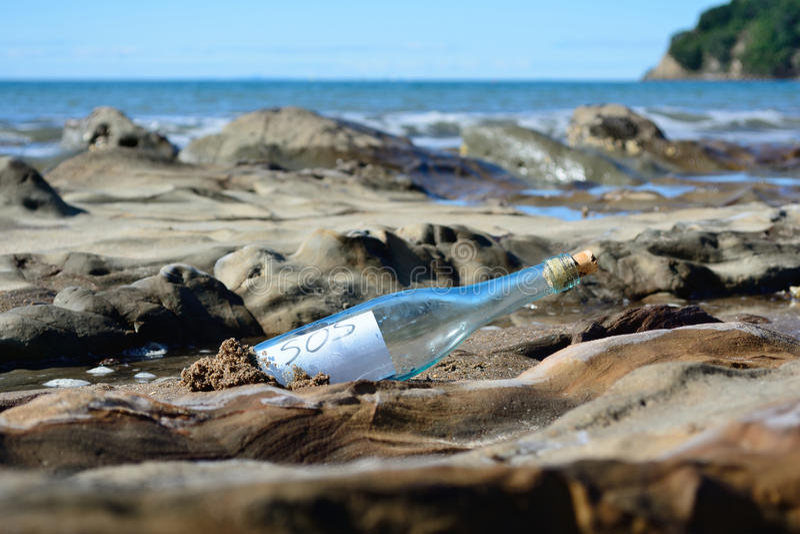 Botella el SOS imagen de archivo libre de regalías