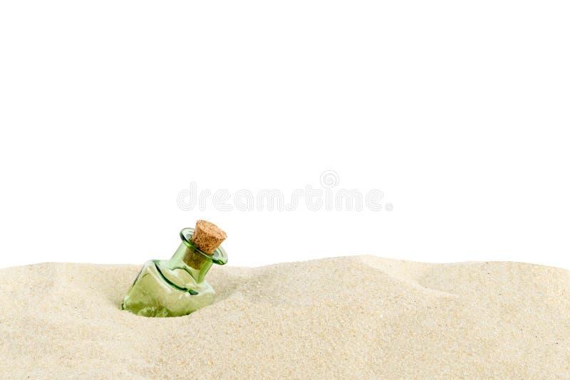 botella en la arena fotografía de archivo libre de regalías