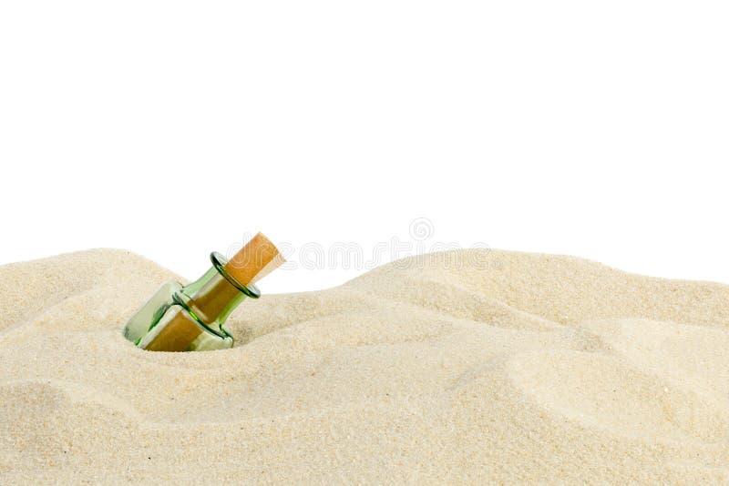 botella en la arena fotografía de archivo