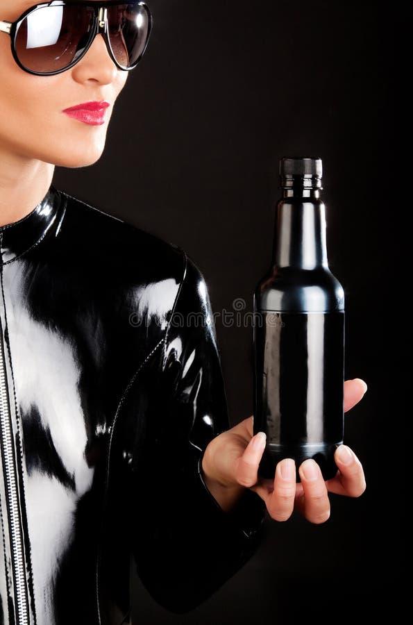 Botella en manos imágenes de archivo libres de regalías