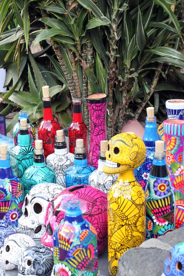 Botella esquelética de los cráneos mexicanos, máscaras de animales, día de dias de los muertos de la muerte muerta fotos de archivo libres de regalías