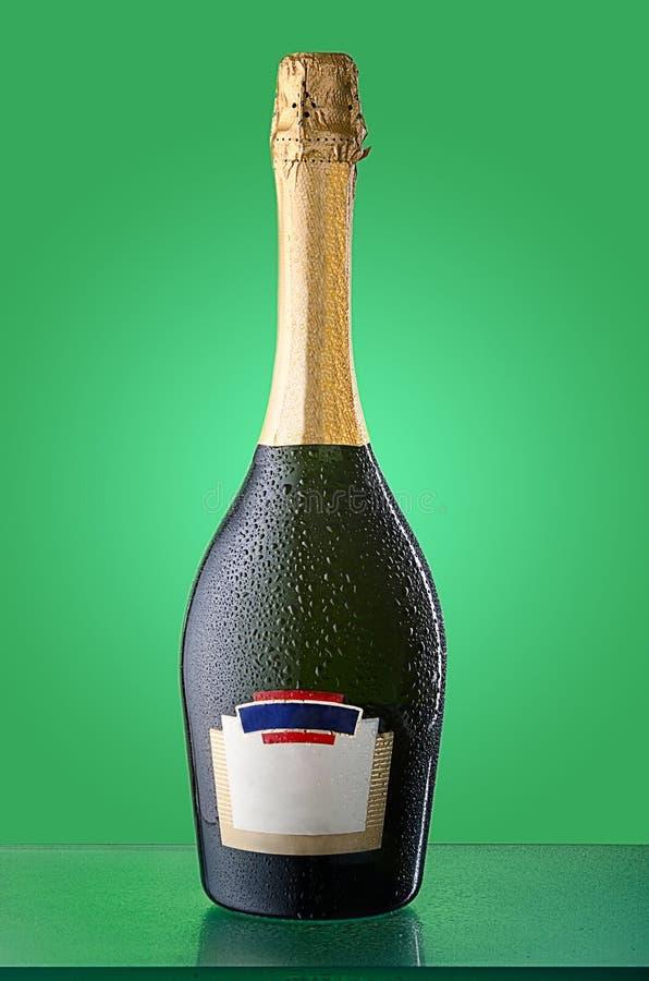 Botella fría tapada con corcho de vino espumoso con la etiqueta vacía foto de archivo libre de regalías