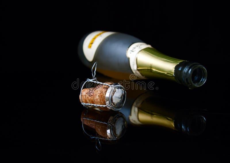 Botella, gota y corcho del primer fotografía de archivo libre de regalías