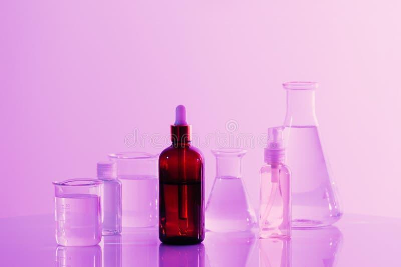 Botella marr?n retra con el frasco en fondo del laboratorio de ciencia imagenes de archivo