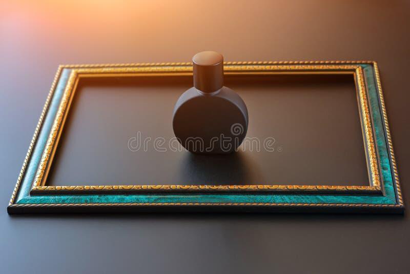 Botella mate negra para el primer unisex del perfume dentro del marco esmeralda con la frontera del oro en un fondo oscuro, falsa fotografía de archivo libre de regalías