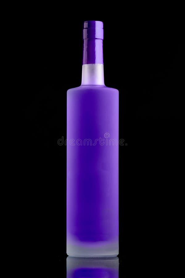 Botella púrpura fluorescente del alcohol fotos de archivo