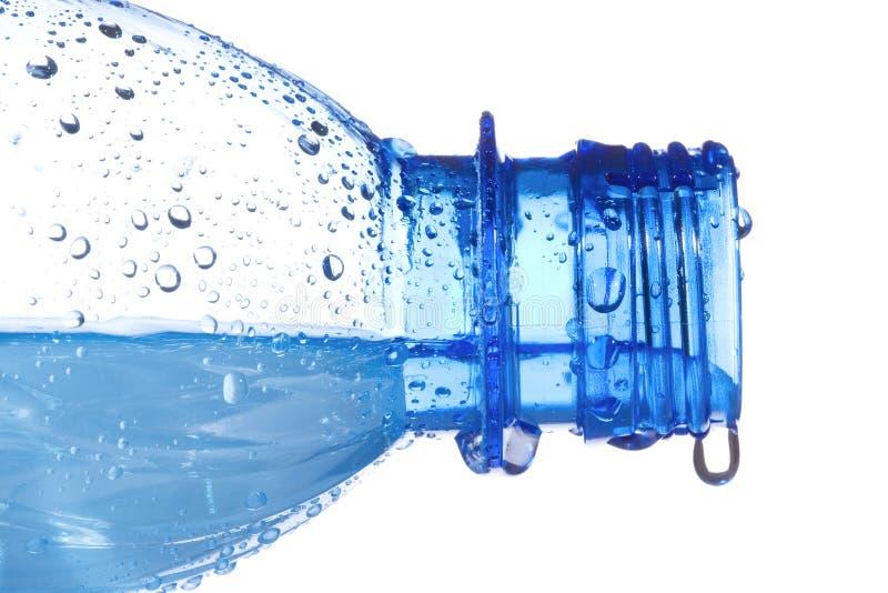 Botella plástica con gotas del agua foto de archivo libre de regalías