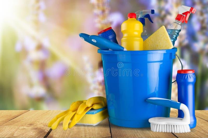 Botella plástica con las sustancias químicas y el cubo de hogar foto de archivo libre de regalías