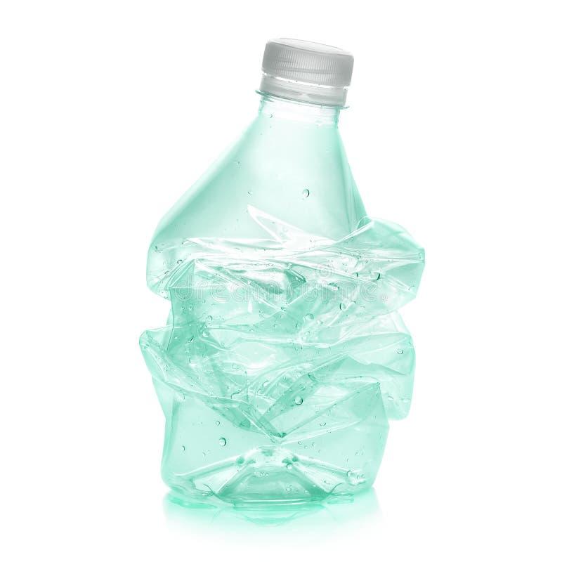 Botella plástica machacada a reciclar fotos de archivo