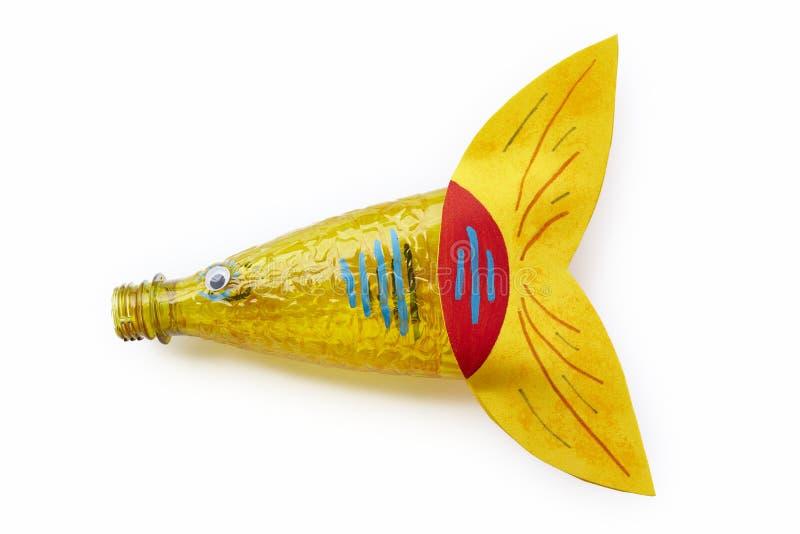 Botella plástica reciclada en una figura de los pescados Basura de la reutilización imágenes de archivo libres de regalías