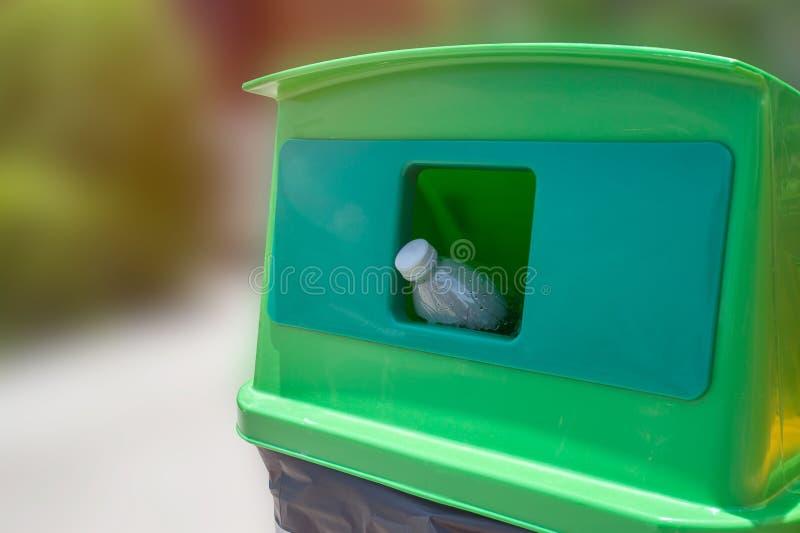 Botella plástica vacía que lanza en la basura que recicla concepto imagenes de archivo