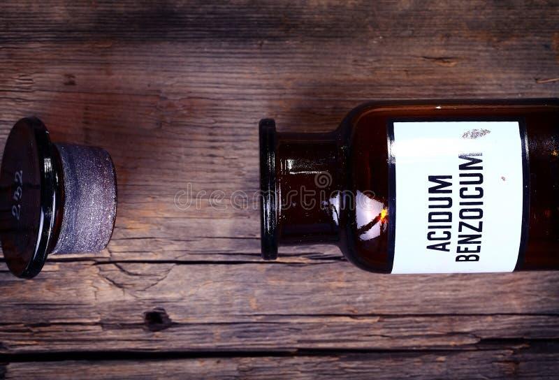 Botella química vieja con la etiqueta imagen de archivo