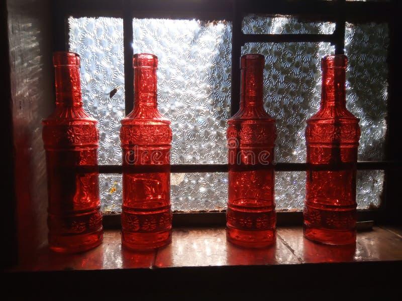 Botella roja de la mancha imagenes de archivo