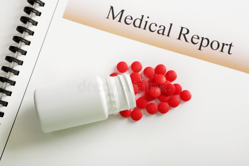 Botella roja de las tablillas y de píldora del informe médico