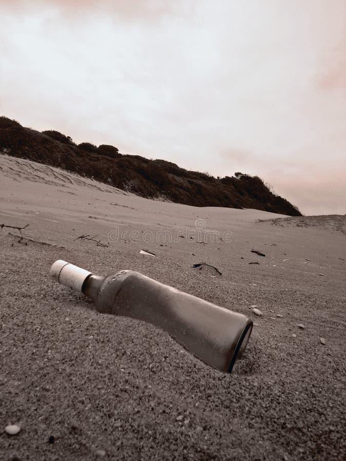Botella sola en la playa de la bahía de Kosi imagen de archivo