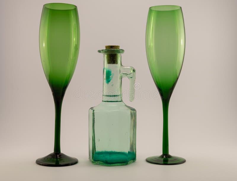 Botella tapada con corcho vieja y vidrios verdes foto de archivo