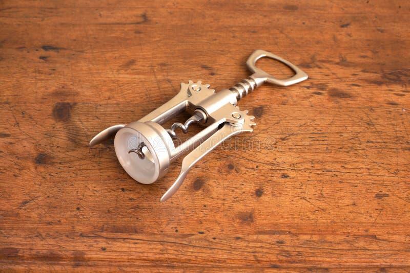 Botella-tornillo en el primer de madera del fondo fotografía de archivo libre de regalías
