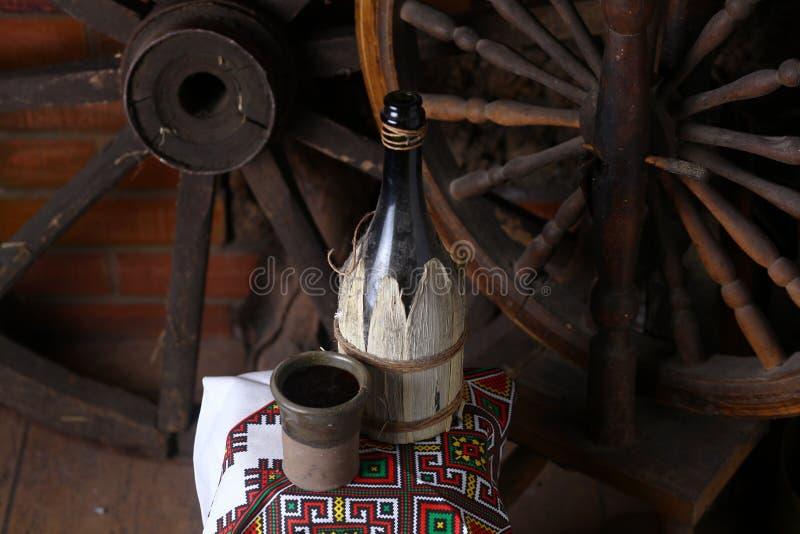 Botella tradicional de vino imágenes de archivo libres de regalías